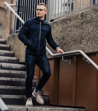 Comment porter: blouson aviateur en daim bleu marine, pull à col roulé gris, jean skinny bleu marine, chaussures derby en cuir beiges