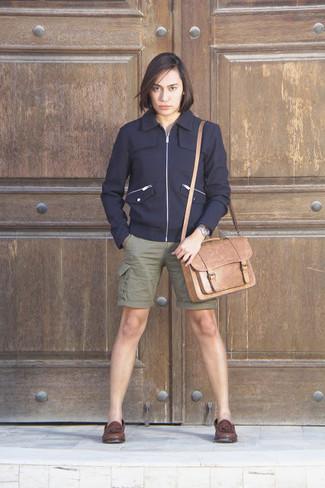 Comment porter: blouson aviateur en laine bleu marine, short olive, mocassins à pampilles en cuir marron foncé, besace en cuir marron clair