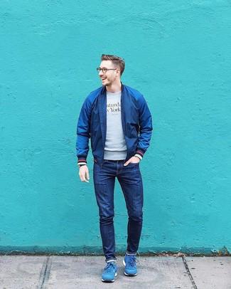 Comment porter: blouson aviateur bleu marine, sweat-shirt imprimé gris, jean bleu marine, chaussures de sport bleues