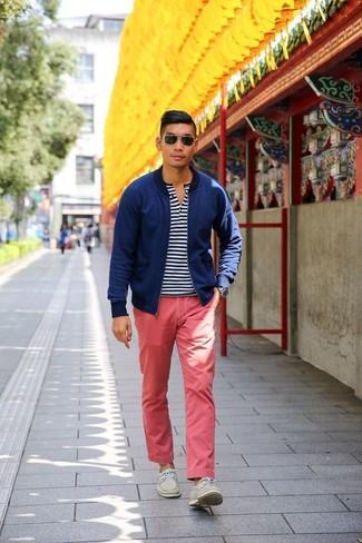 Comment porter: blouson aviateur bleu marine, t-shirt à col boutonné à rayures horizontales blanc et bleu marine, pantalon chino rouge, chaussures bateau en daim beiges