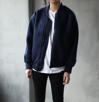 Comment porter: blouson aviateur bleu marine, t-shirt à col rond blanc, jean skinny noir
