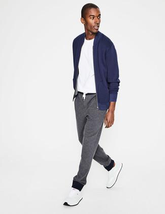 Pour créer une tenue idéale pour un déjeuner entre amis le week-end, choisis un blouson aviateur bleu marine et un pantalon de jogging gris. Si tu veux éviter un look trop formel, assortis cette tenue avec une paire de des chaussures de sport blanches.