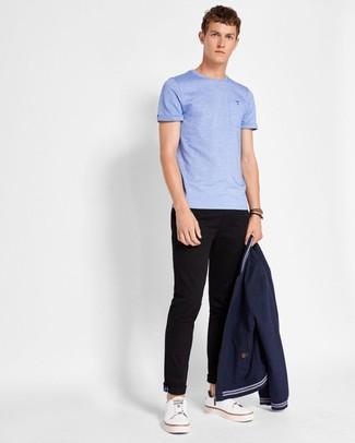 Comment porter un blouson aviateur bleu marine: Essaie de marier un blouson aviateur bleu marine avec un pantalon chino noir pour un look de tous les jours facile à porter. Une paire de des baskets basses en cuir blanches apporte une touche de décontraction à l'ensemble.