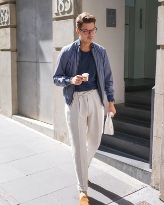 Comment porter: blouson aviateur bleu marine, t-shirt à col rond bleu marine, pantalon chino en lin beige, slippers en daim tabac