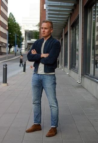 Comment s'habiller pour un style decontractés: Pense à opter pour un blouson aviateur bleu marine et un jean bleu clair pour obtenir un look relax mais stylé. Une paire de des bottines chukka en daim marron est une option génial pour complèter cette tenue.