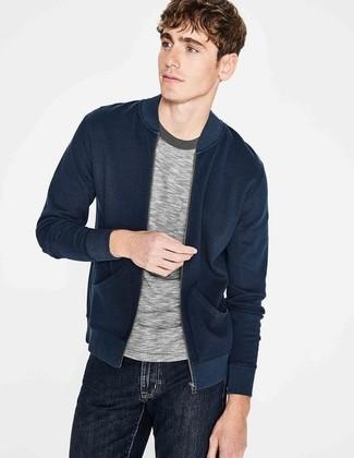 Comment porter: blouson aviateur bleu marine, t-shirt à col rond gris, jean noir