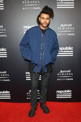 Comment porter: blouson aviateur bleu marine, t-shirt à col rond noir, jean en cuir noir, chaussures de sport noires
