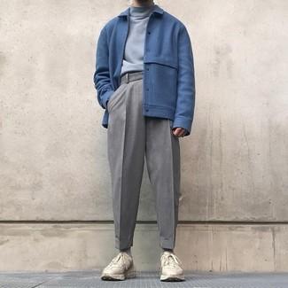 Comment porter: blouson aviateur en laine bleu, pull à col roulé gris, pantalon de costume en laine gris, chaussures de sport beiges