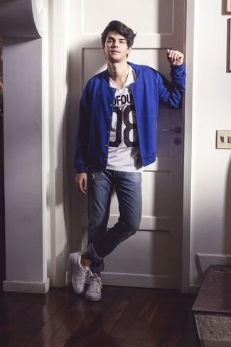 Garde une tenue relax avec un blouson aviateur bleu hommes et un jean skinny déchiré bleu marine. Une paire de des baskets basses en cuir blanches rendra élégant même le plus décontracté des looks.