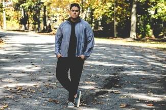 Essaie de marier un blouson aviateur bleu avec un pantalon de jogging noir pour un look de tous les jours facile à porter. Cette tenue est parfait avec une paire de des baskets basses bleu clair.