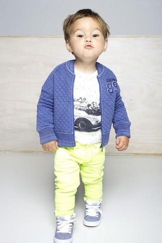Comment porter: blouson aviateur bleu, t-shirt blanc, jean jaune, baskets bleu clair