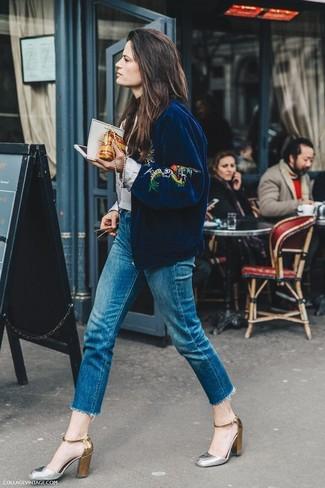 Comment porter: blouson aviateur brodé bleu marine, jean à franges bleu, escarpins en cuir argentés