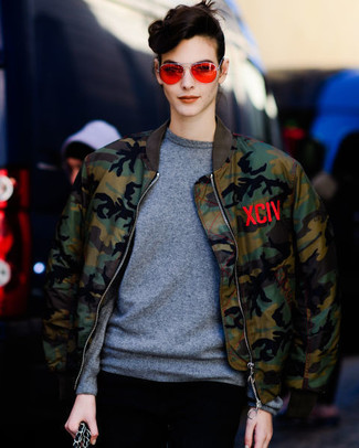 Comment porter: blouson aviateur camouflage olive, pull à col rond gris, lunettes de soleil orange