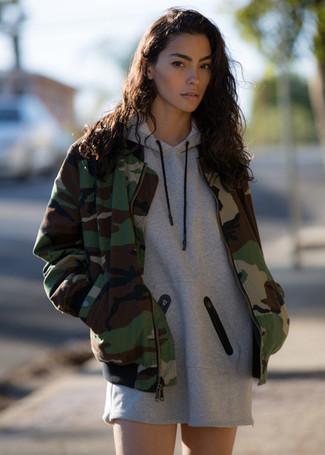 Comment porter: blouson aviateur camouflage olive, robe décontractée grise