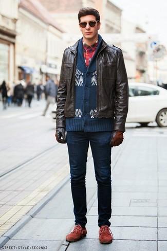 Comment porter: blouson aviateur en cuir marron foncé, cardigan à col châle en jacquard bleu marine et blanc, chemise à manches longues en flanelle écossaise bleu et rouge, jean skinny bleu marine