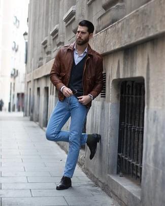 Comment porter: blouson aviateur en cuir marron, cardigan noir, chemise de ville à rayures verticales bleu clair, jean bleu clair
