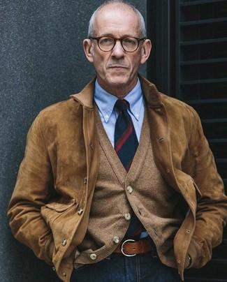 Comment porter: blouson aviateur en daim marron clair, cardigan marron clair, chemise de ville bleu clair, jean bleu marine