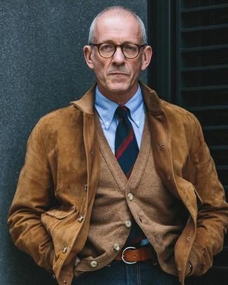 Comment porter: blouson aviateur en daim marron, cardigan marron, chemise de ville bleu clair, jean bleu marine