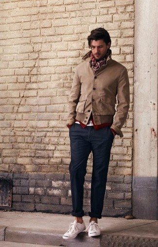 Comment porter: blouson aviateur marron, cardigan bordeaux, pantalon de costume noir, baskets basses blanches