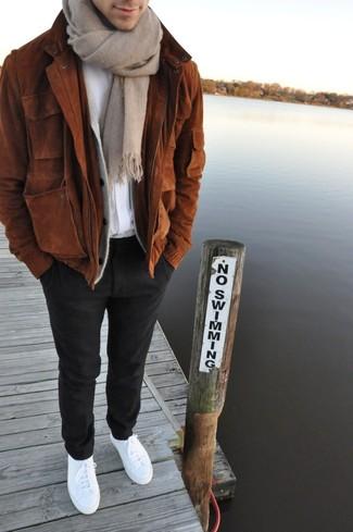 Comment porter: blouson aviateur en daim marron, cardigan gris, t-shirt à col rond blanc, pantalon de costume en laine noir