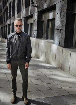Comment s'habiller après 40 ans: Opte pour une chemise à manches courtes noire pour affronter sans effort les défis que la journée te réserve.