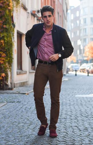 Comment porter: blouson aviateur noir, chemise à manches longues rose, jean marron foncé, mocassins en daim bordeaux