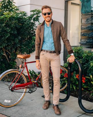 Comment porter: blouson aviateur en laine marron, chemise à manches longues en chambray bleu clair, jean marron clair, chaussures richelieu en cuir marron
