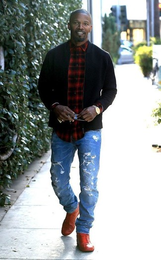Comment porter: blouson aviateur noir, chemise à manches longues écossaise rouge et noir, jean déchiré bleu, baskets montantes en cuir rouges