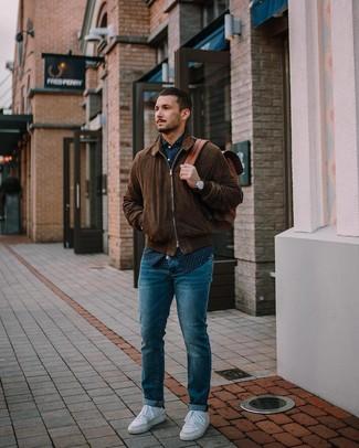 Comment porter un sac à dos en cuir marron: Harmonise un blouson aviateur en daim marron foncé avec un sac à dos en cuir marron pour un look confortable et décontracté. Jouez la carte classique pour les chaussures et complète cet ensemble avec une paire de des baskets basses blanches.