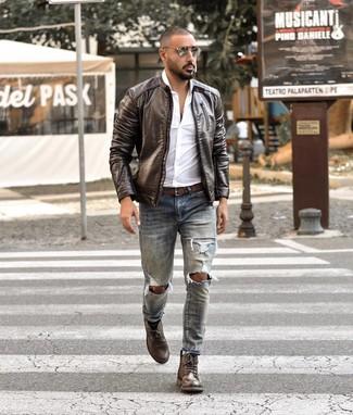Comment porter: blouson aviateur en cuir marron foncé, chemise à manches longues blanche, jean déchiré bleu clair, bottes de loisirs en cuir marron foncé