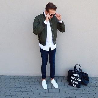 Comment porter: blouson aviateur vert foncé, chemise à manches longues blanche, jean bleu marine, baskets basses blanches