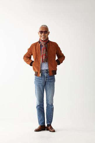 Comment porter un blouson aviateur en daim tabac: Marie un blouson aviateur en daim tabac avec un jean bleu clair pour une tenue confortable aussi composée avec goût. Une paire de des slippers en cuir marron rendra élégant même le plus décontracté des looks.