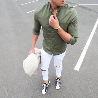Comment porter une chemise à manches longues olive: Essaie d'associer une chemise à manches longues olive avec un jean skinny déchiré blanc pour une tenue idéale le week-end. Jouez la carte classique pour les chaussures et fais d'une paire de des baskets basses camouflage olive ton choix de souliers.