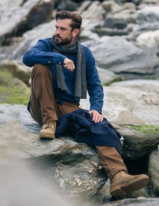 Comment porter: blouson aviateur bleu marine, chemise à manches longues en flanelle bleue, pantalon chino tabac, bottes de loisirs en daim marron clair
