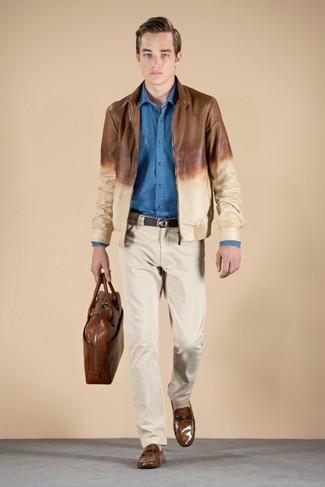 Comment porter: blouson aviateur en cuir marron, chemise à manches longues en chambray bleue, pantalon chino beige, slippers en cuir marron