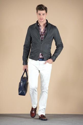 Comment porter: blouson aviateur en cuir gris foncé, chemise à manches longues imprimée bordeaux, pantalon chino blanc, mocassins en cuir bordeaux