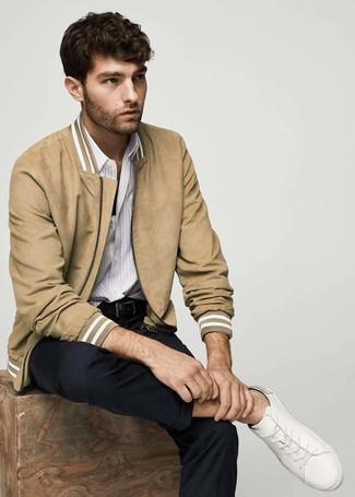 Comment porter: blouson aviateur en daim marron clair, chemise à manches longues à rayures verticales blanche, pantalon chino noir, baskets basses en cuir blanches
