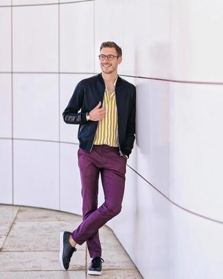 Comment porter: blouson aviateur bleu marine, chemise à manches longues à rayures verticales jaune, pantalon chino pourpre, baskets basses en cuir noires