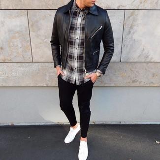 Comment porter: blouson aviateur en cuir noir, chemise à manches longues écossaise noire et blanche, pantalon chino noir, baskets basses blanches