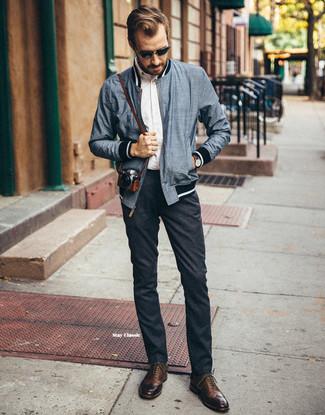 Comment porter: blouson aviateur bleu marine, chemise à manches longues blanche, pantalon chino en laine gris foncé, chaussures brogues en cuir marron