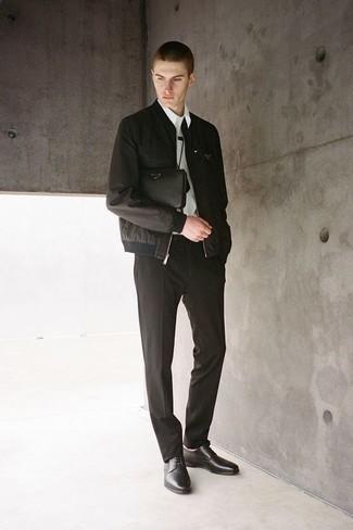 Comment porter une pochette en cuir noire: Pour une tenue aussi confortable que ton canapé, pense à associer un blouson aviateur noir avec une pochette en cuir noire. Fais d'une paire de des chaussures derby en cuir noires ton choix de souliers pour afficher ton expertise vestimentaire.