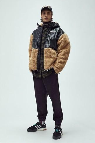 Comment porter: blouson aviateur texturé beige, chemise à manches longues écossaise olive, pantalon de jogging noir, baskets basses en daim noires