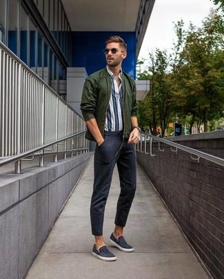 Comment porter: blouson aviateur vert foncé, chemise à manches longues à rayures verticales blanc et bleu marine, pantalon de jogging bleu marine, baskets à enfiler en toile bleu marine