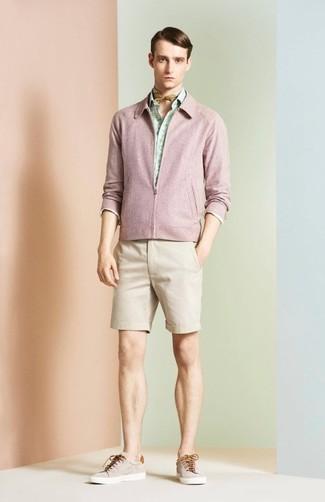 Comment porter: blouson aviateur rose, chemise à manches longues imprimée vert menthe, short beige, baskets basses beiges