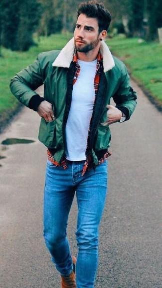 Comment porter: blouson aviateur vert, chemise à manches longues écossaise rouge, t-shirt à col rond blanc, jean bleu