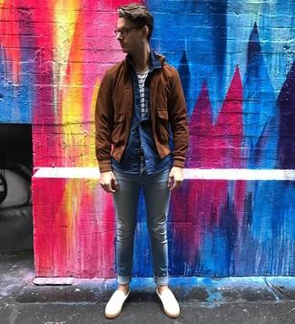 Comment porter: blouson aviateur en daim marron, chemise à manches longues en chambray bleu marine, t-shirt à col rond à rayures horizontales blanc et bleu marine, jean skinny bleu clair
