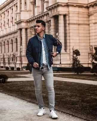 Comment porter des chaussettes marron foncé: Pour une tenue aussi confortable que ton canapé, harmonise un blouson aviateur bleu marine avec des chaussettes marron foncé. Une paire de des baskets basses en toile blanches ajoutera de l'élégance à un look simple.