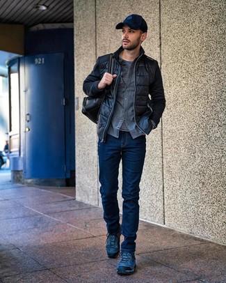 Comment porter: blouson aviateur matelassé noir, chemise à manches longues en flanelle grise, t-shirt à manche longue à rayures horizontales noir et blanc, jean bleu marine