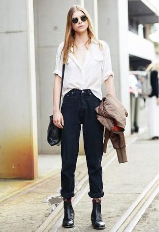 Comment porter: blouson aviateur marron, chemise de ville beige, jean boyfriend noir, bottines chelsea en cuir noires