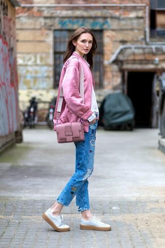 Comment porter: blouson aviateur rose, chemise de ville blanche, jean à patchwork bleu, baskets basses en cuir blanches